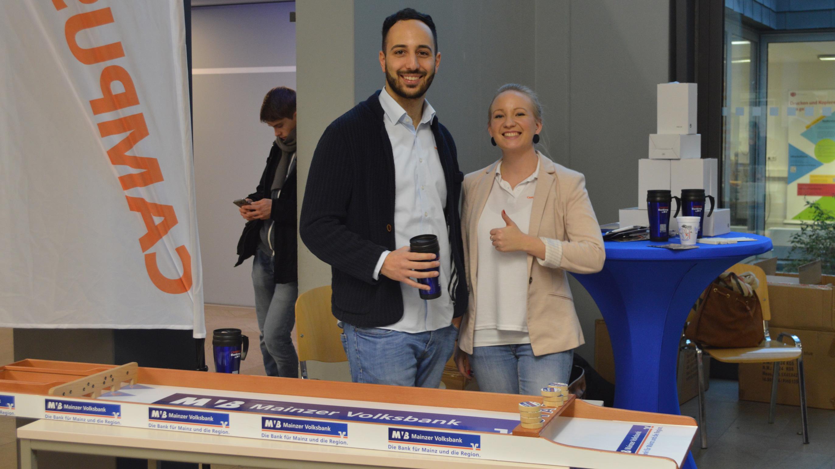 Lächelnde Mitarbeiter der Mainzer Volksbank